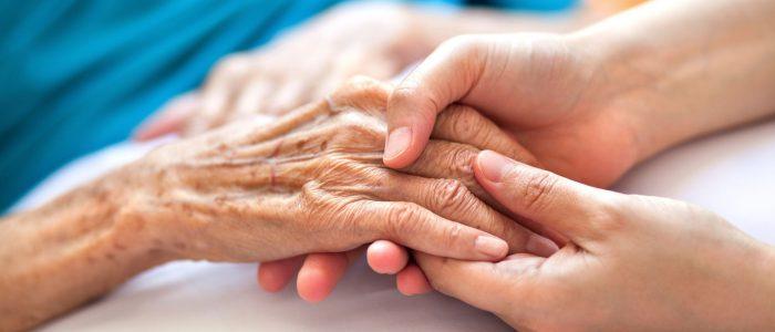 Photo-d'illustration-d'une-main-d'une-personne-âgée-Pablo-K-iStock-par-Getty-Images